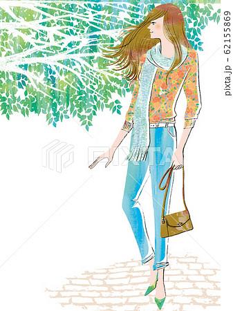 新緑の季節にお出かけする女性 62155869
