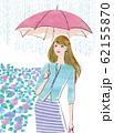 紫陽花の季節に傘をさして出かける女性 62155870