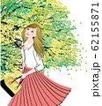 新緑の季節に空を見上げる女性 62155871