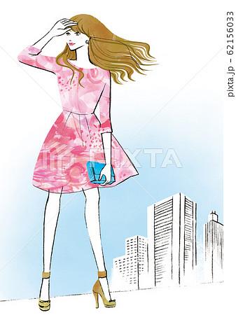 ビル街で空を見上げる女性 62156033