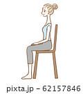 椅子に座った女性 横向き 62157846