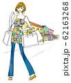 ショッピングモールに買い物に出かけた女性 62163268