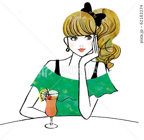 テーブルで何か考え事をしている女性 62163274