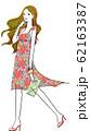 花柄のワンピースを着た女性 62163387