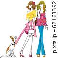 犬に服をいたずらされる女の子 62163392
