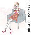 椅子に座って本を読む女性 62163394