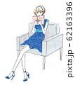 椅子に座って本を読む女性 62163396