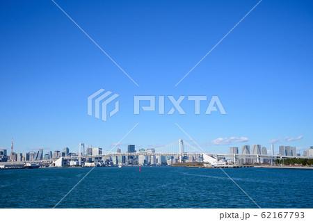 レインボーブリッジと青空の東京のビル群の遠景 62167793
