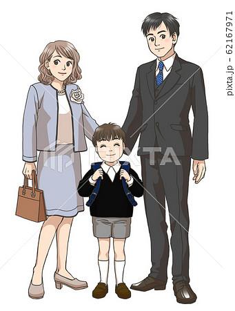 新小学一年生男子と両親 62167971