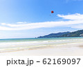 パラセーリングが見えるビーチ 62169097