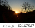 夕日をバックに走る列車 62187587
