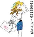 セールでたくさんの買い物をして満足げな女性 62189041