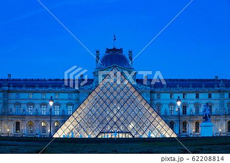 ルーブル美術館 パリ 夜景 ライトアップ 62208814