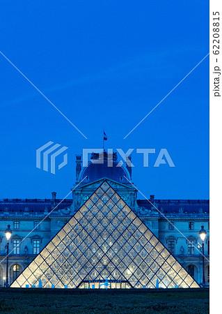 ルーブル美術館 パリ 夜景 ライトアップ 62208815