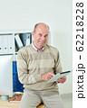 Businessman using app on tablet 62218228