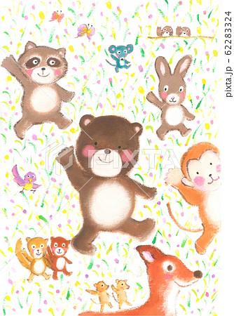 「手を上げて渡ろう!」と呼びかける森の動物たち 62283324