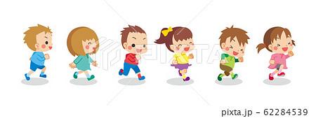 友達と元気に走り回る可愛い子供たち 62284539