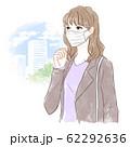 マスクをつけて出かける女性 62292636