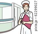ファイルを持つ笑顔の看護師 62299027