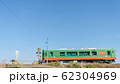 真岡鉄道 踏切とスイカ色の列車 62304969