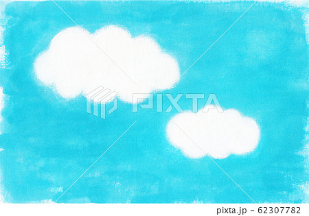 2つの雲が浮かぶ青い空 62307782
