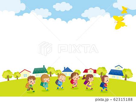 青空の下で走り回る可愛い小学生 62315188