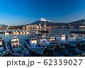 《静岡県》富士山と漁船・田子の浦漁港の夜明け 62339027