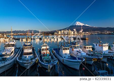 《静岡県》富士山と漁船・田子の浦漁港の夜明け 62339031