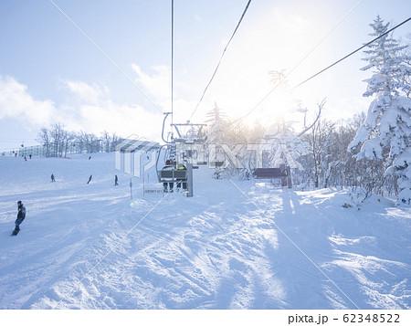 スキーをする家族(リフトに乗る) 62348522