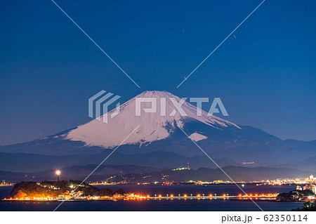 《神奈川県》富士山と江ノ島・湘南海岸の夜景 62350114