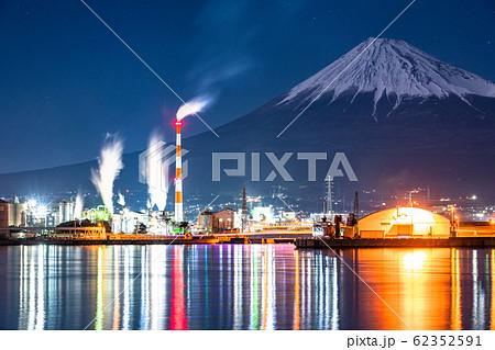 《静岡県》富士山を望む田子の浦の夜景 62352591