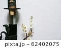 白い背景に少し抜いた日本刀と白い花が咲いた梅の枝 62402075