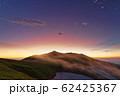 朝霧流れる夜明けの飯豊本山 62425367