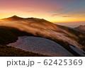 朝霧流れる夜明けの飯豊本山 62425369