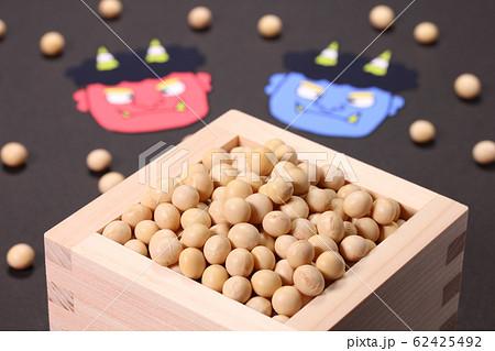 枡に入った大豆と赤鬼青鬼 62425492