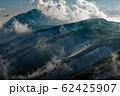 飯豊本山から見る雲湧く午後の大日岳 62425907