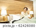 ミドル女性 ストレッチ ベット 寝室 ライフスタイルイメージ 62426080
