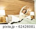 ミドル女性 ストレッチ ベット 寝室 ライフスタイルイメージ 62426081