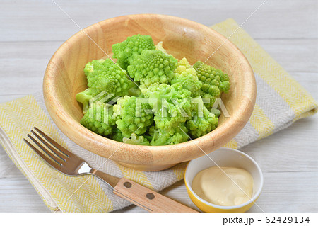 茹でたロマネスコ(野菜)。加熱調理済み、野菜サラダ。カリフラワーの一種です。マヨネーズを添えて。 62429134