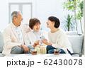 親子 スマホ 旅行 ファミリーイメージ 62430078