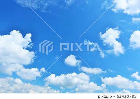 夏の青空と白い雲 62430785