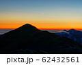 残照の飯豊本山・飯豊主稜線と月 62432561