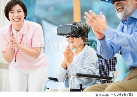 レクリエーション VR 仮想現実 介護イメージ シニア デイケア 介護福祉士 老人ホーム 62436783