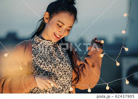 屋外にいる女性のポートレート 62437905