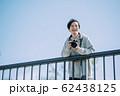 カメラと男性 62438125