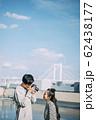 撮影をする男女 62438177