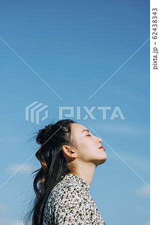 屋外にいる女性のポートレート 62438343
