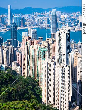香港 ビクトリ・ピークから眺める摩天楼とビクトリア・ハーバー 62444144