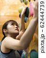 ボルダリング(若い女性、フィットネス、トレーニング 62444739