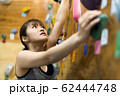 ボルダリング(若い女性、フィットネス、トレーニング 62444748
